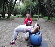 Heiße Sportlerin im Park
