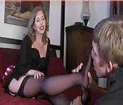 Reife Blondine in Nylons bei Fußkult