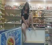 Brune amateur se caressant dans un magasin