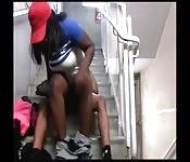 Baisers d'ébène excités dans les escaliers