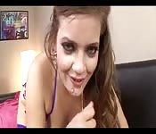 Heißes Girl in Dessous und mit Schwanz im Mund