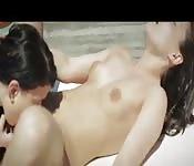 Lesbiennes au bord de la piscine