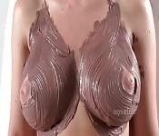 Des seins couverts de chocolat