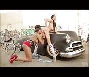 Lesbiennes rebelles baisent dans la rue