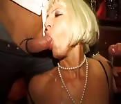 Des milfs dans une bonne orgie