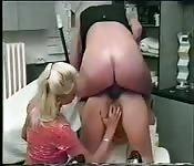 Girl hilft seinen Freunden beim Eindringen