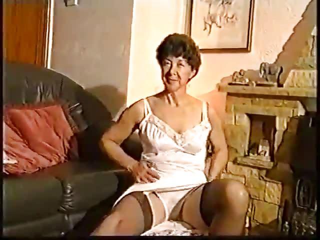 Zieht sich nackt aus oma Geile Oma