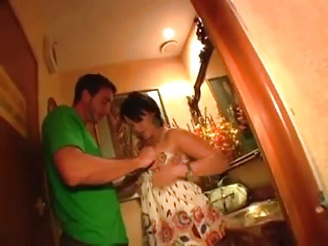 devushka-masturbiruet-u-sebya-doma