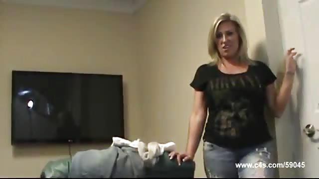 Heiße Amateur-Mutter masturbiert