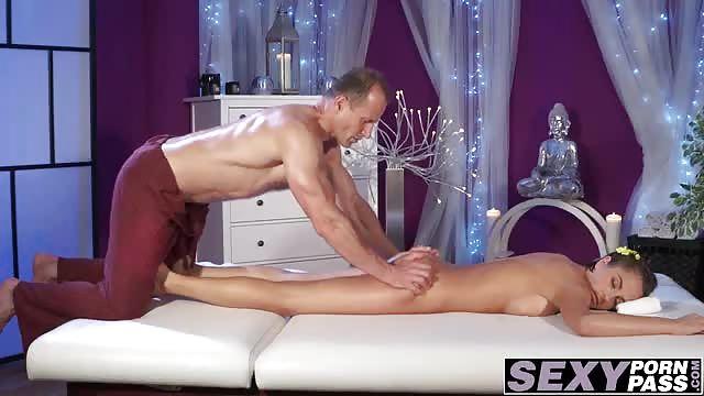 massazhist-soblaznil-devushku-russkoe-porno