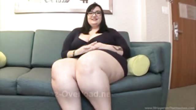 Belle femme ronde sur une grosse queue noire