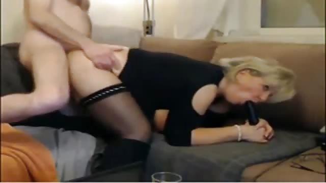 Reife Frau verführt jungen Kerl