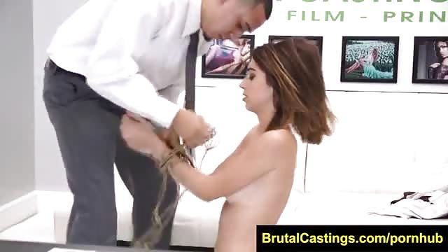 Brunette adorant se faire prendre brutalement !